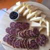 Местный сыр Tomino подаётся с малиновым джемом...и колбаска