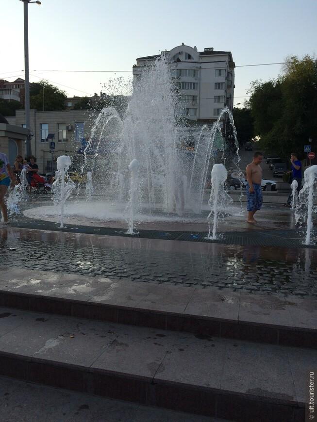 современные фонтаны на набережной. радость для детей и взрослых. в прошлое лето стояла жара. было тяжело гулять. такси есть, но не наездишься, а общественный транспорт стар и вонюч... увы