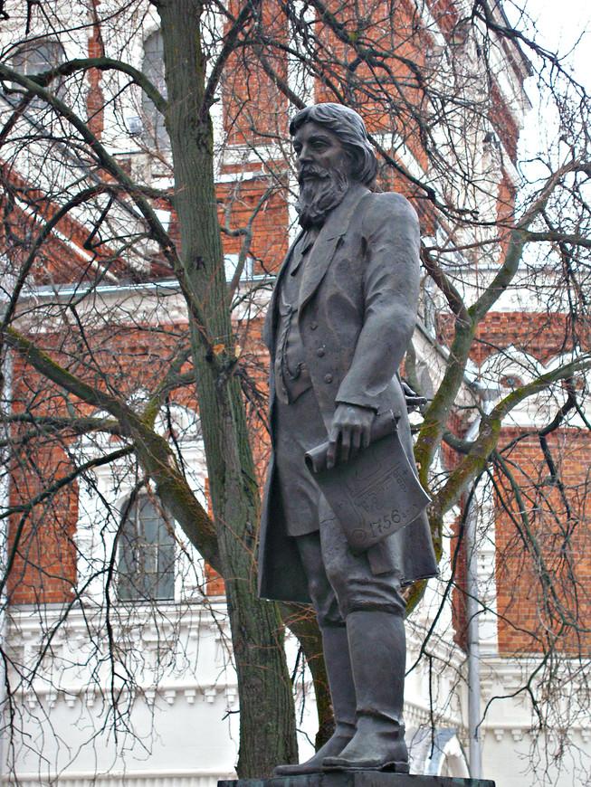 Памятник знаменитому русскому стеклопромышленнику Акиму Мальцеву.  В 1756 г. он основал на реке Гусь хрустальный завод, положив тем самым начало городу.