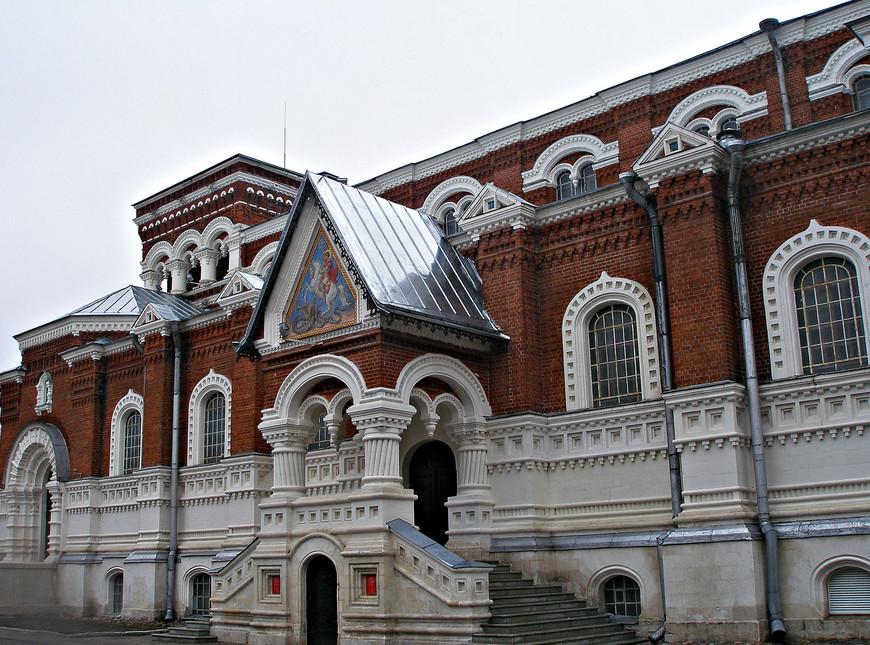 В оформлении фасада широко используются  декоративные элементы древнерусского зодчества.