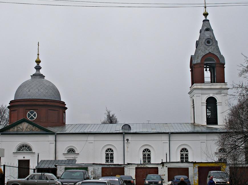 Церковь Троицы Живоначальной. Построена Мальцевыми  между 1810 и 1816 гг.  как церковь во имя святых и праведных Боготоотец Иоакима и Анны. В советское время - пожарная часть.