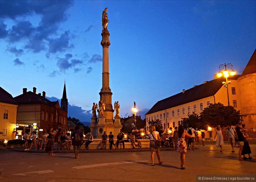 Перед кафедральным собором в 1878 г. установлен фонтан (архитектор Герман Болле), на верху фонтана — позолоченная скульптура Богородицы,