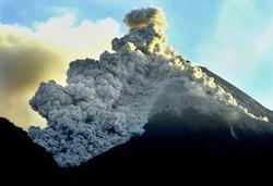 В Индонезии эвакуируют туристов из-за извержения вулкана