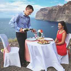 Романтический ужин на берегу океана