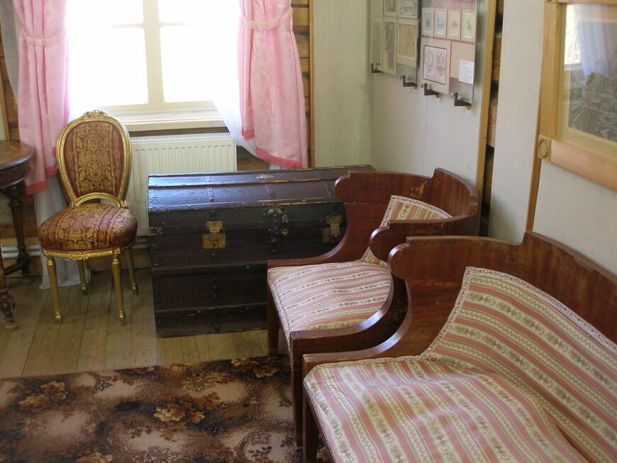 О внутренней обстановке подробно писать не буду. Конечно, вся эта мебель никак с Болотовым не связана. Но все равно интересно посмотреть на интерьеры старинной дворянской усадьбы.