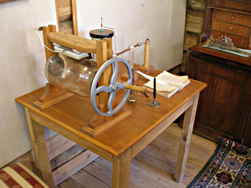 Болотов делал опыты с электричеством. Модель созданной им электростатической машины.
