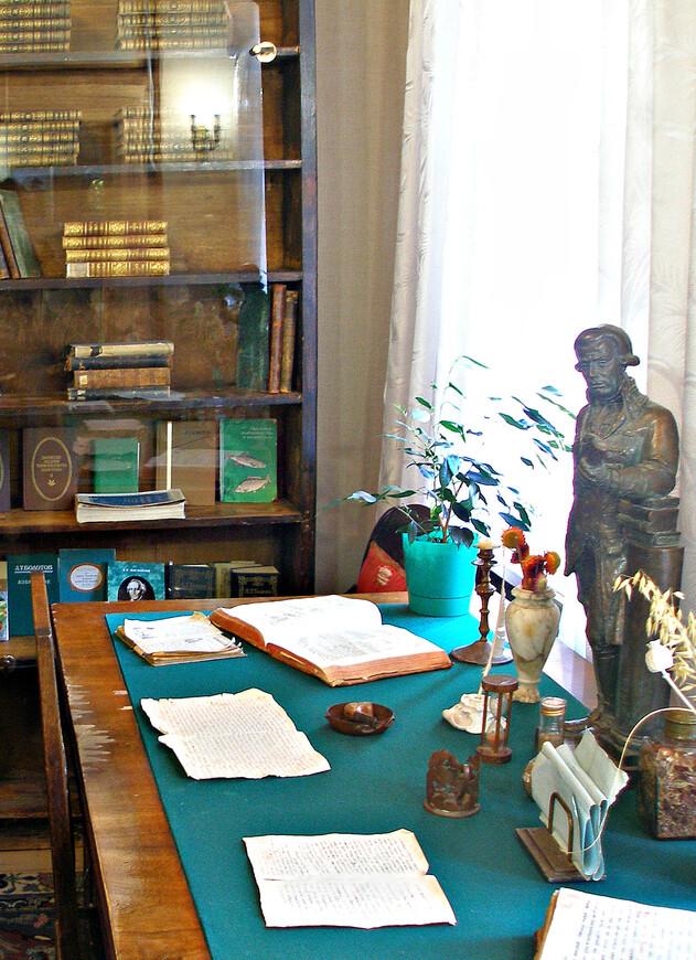 Как выглядел кабинет Болотова, можно узнать из его рисунков. Он очень прилично рисовал. Сохранился его автопортрет.