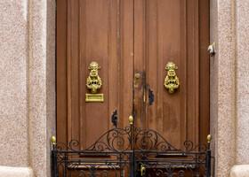 Мальта. Двери и средства передвижения.