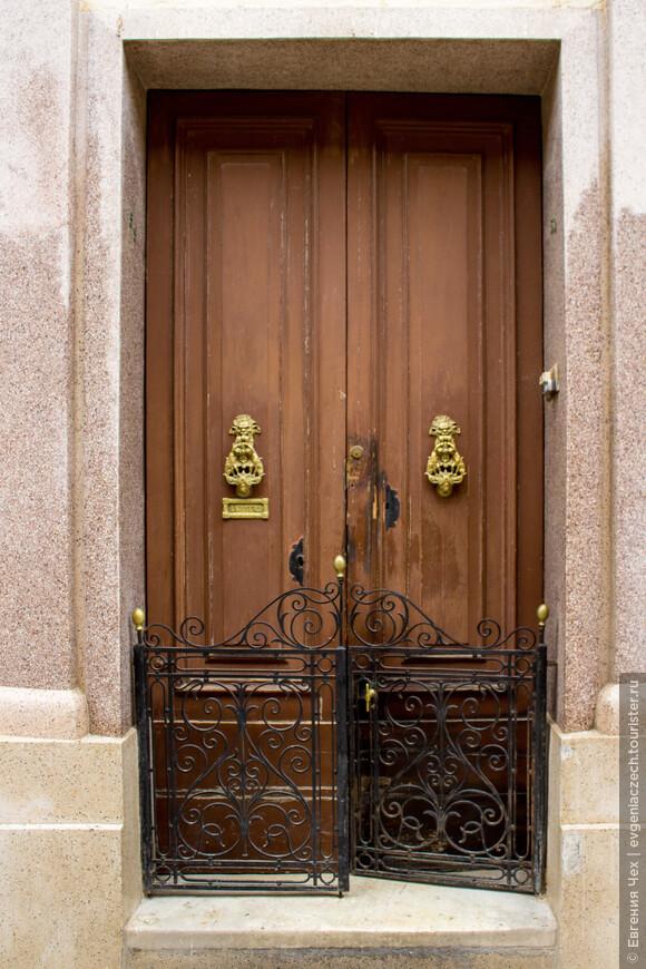 Двери домов на Мальте часто снабжены такими вот решетками. Бывает, дверь открыта, а решетка на запоре.