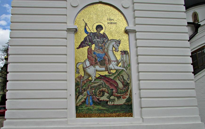 Св. Георгий на стене колокольни Успенского собора.