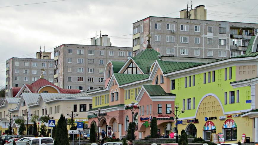 """Торговый дом """"Русь"""" на Советской площади перед Кремлем."""