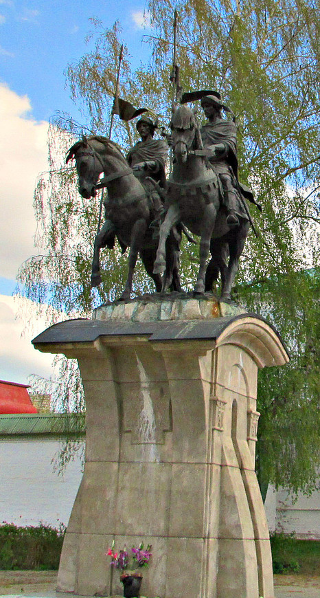 Памятник святым братьям Борису и Глебу перед Борисоглебским монастырем.