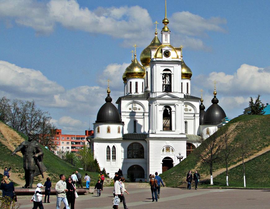 Успенский собор. Перед ним стоит памятник  основателю города князю  Юрию Долгорукому.