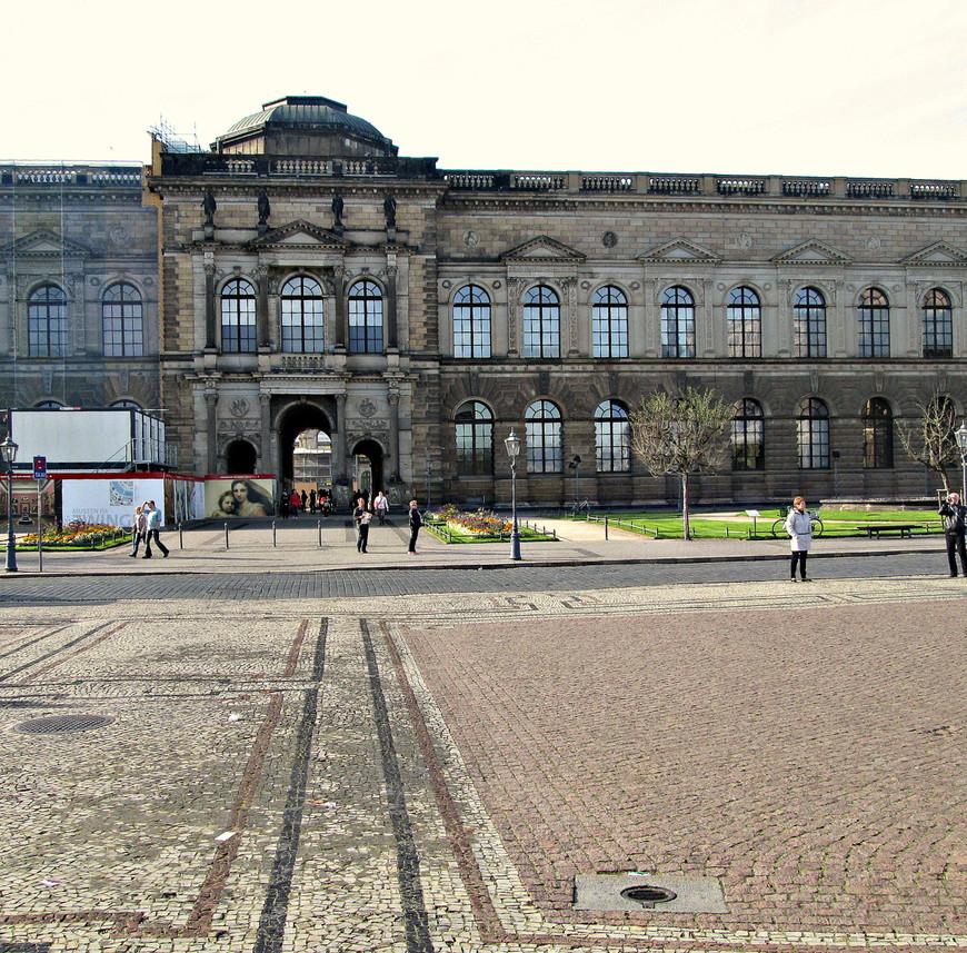 Картинная галерея. Тот же Готфрид Земпер, что построил оперный театр, возвел в середине XIX века  здание Дрезденской галереи. Если стоять лицом к Земпер-опере, галерея будет слева.