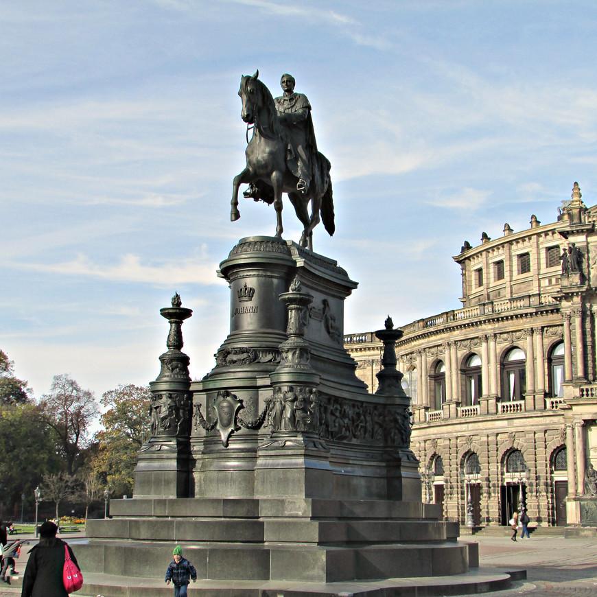 Памятник  королю Иоганну Саксонскому. Этот просвещенный монарх помимо многого другого был известен как переводчик Данте.