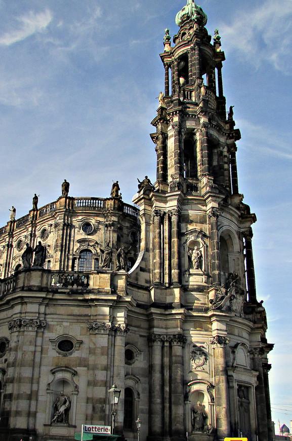 Как и весь Дворец, она была разрушена в 1945 г., но потом восстановлена из руин.