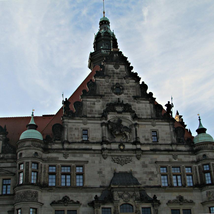 Эта старая часть дворца была возведена в первой половине XVI в. при герцоге Георге Бородатом. Его конная статуя размещена на 30-метровой высоте на фасаде замка.