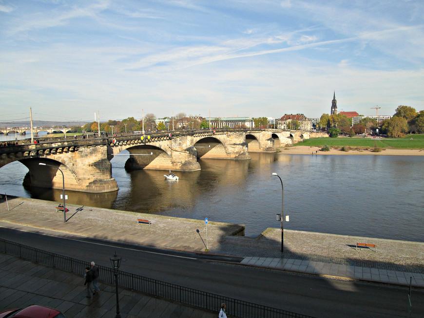 Повернувшись спиной ко Дворцу, мы выходим на набережную Эльбы. Вид с Брюльской террасы на мост  Августа Сильного, построенный еще в XIII веке.