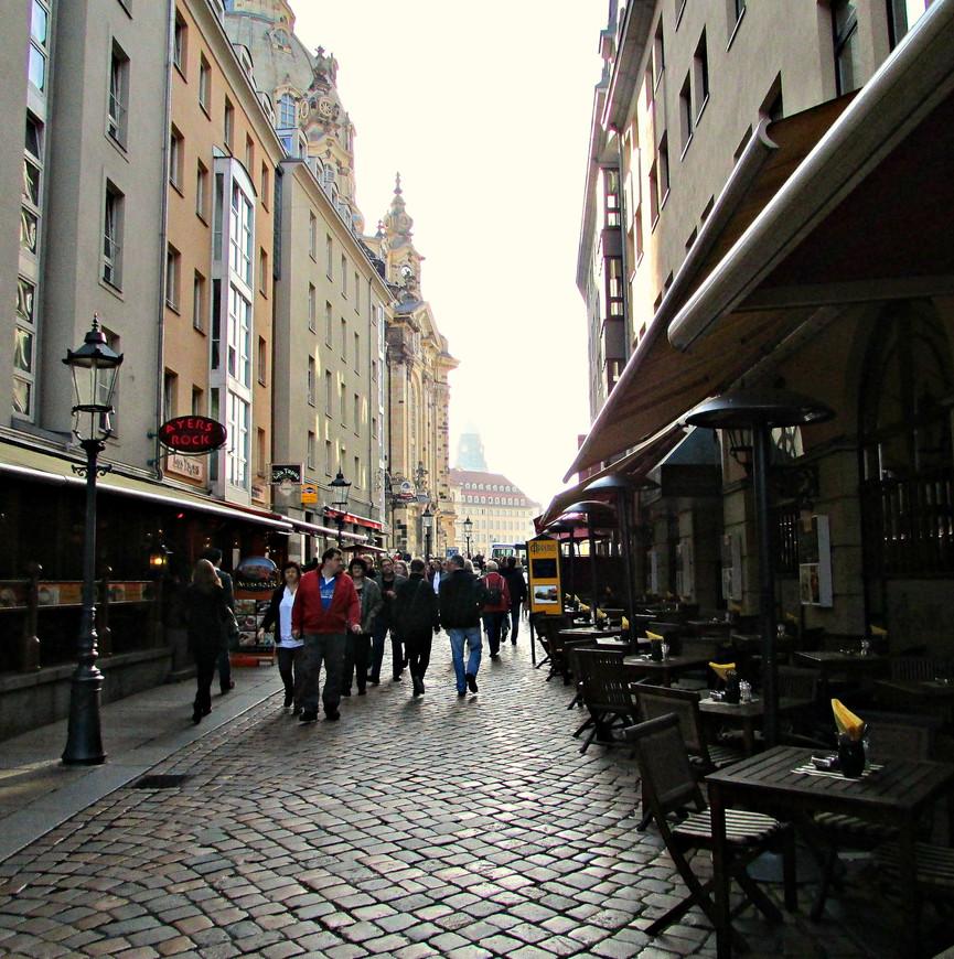 Неподалеку от Аугустусштрассе находится площадь  Ноймаркт. (Новый рынок). Туда мы и направились.