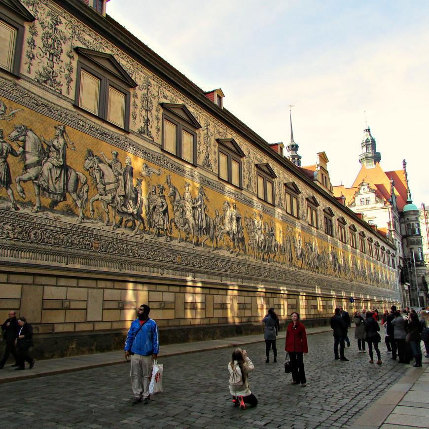 """С набережной - обратно к """"Георгиевским воротам"""". Прямо от них начинается пешеходная улица Аугустусштрассе. Она тянется вдоль стены галереи, которая называется """"Длинный проход"""". Прежде галерея соединяла дворец с конюшнями. Позже те были перестроены в музей."""