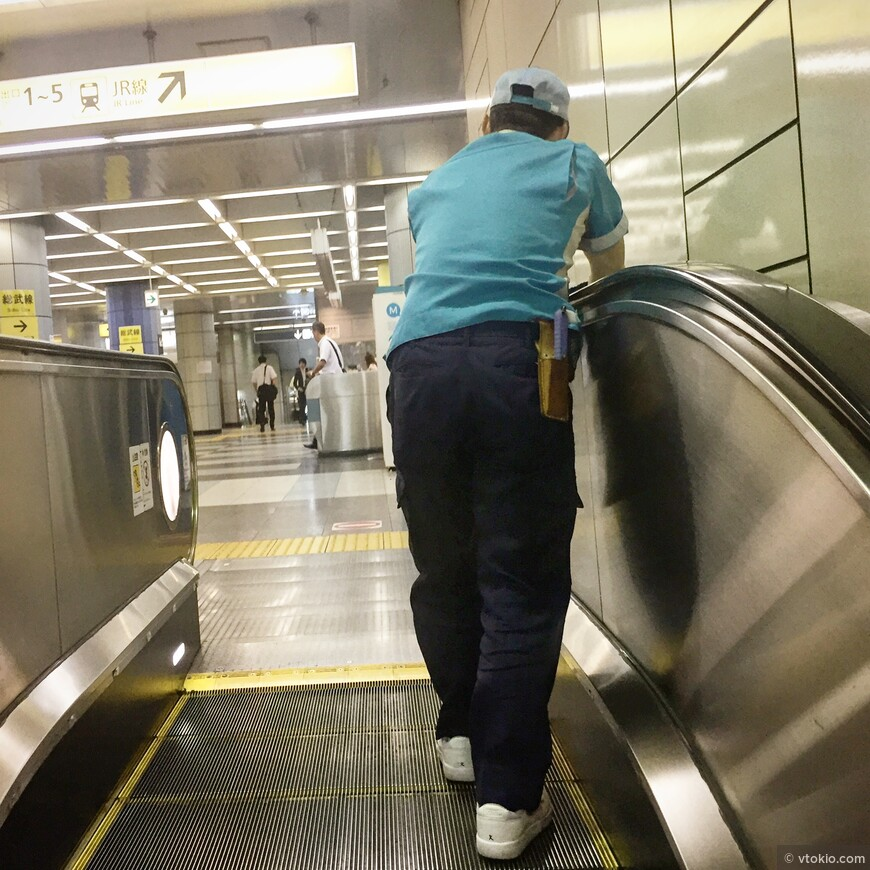 Уборщик в метро. Помывка перил в метро ежедневная задача уборщиков, иначе люди будут пачкать руки.