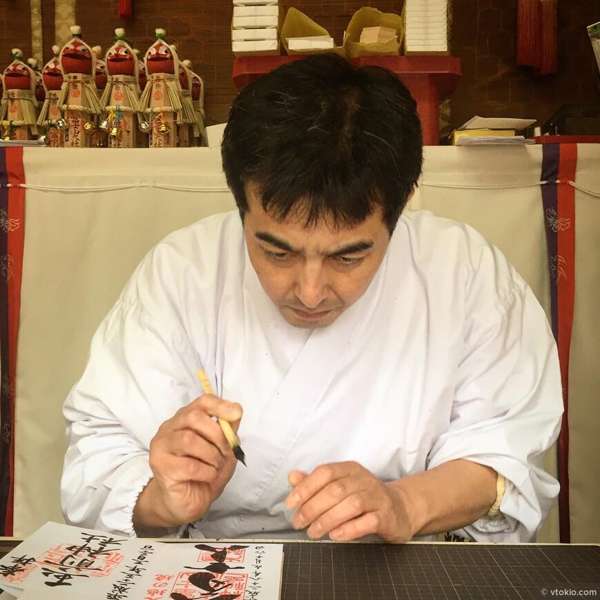 Каллиграф, подписывает обереги в храме.