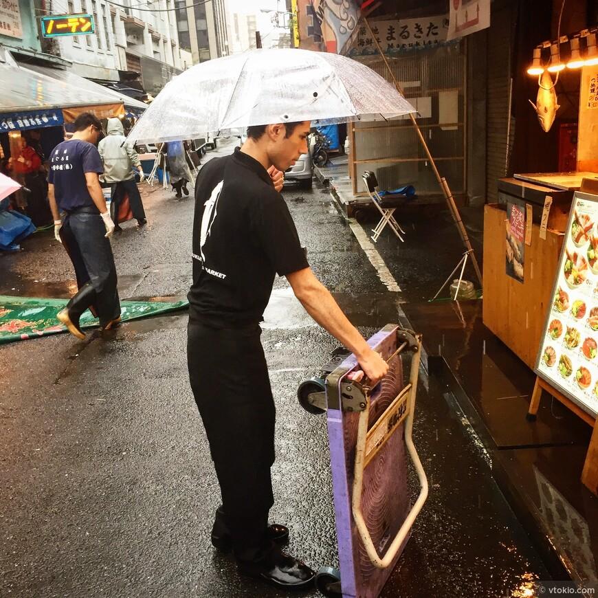 Работник ресторана на рыбном рынке Цукидзи