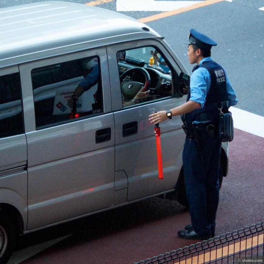Полицейский показывает маршрут.