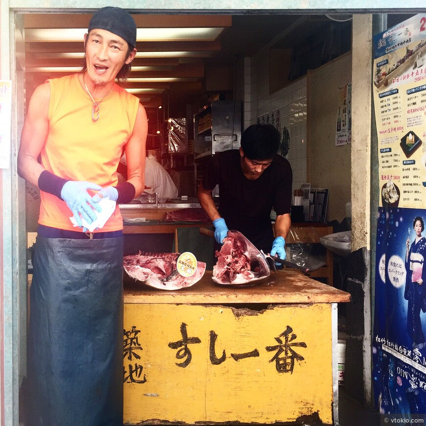 Продажа тунца на рынке Цукидзи.