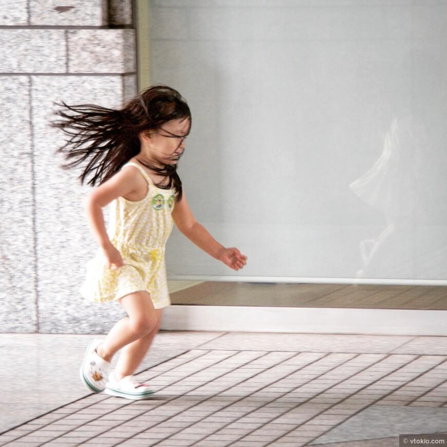 Дети резвятся, везде где можно найти пространство для бега.
