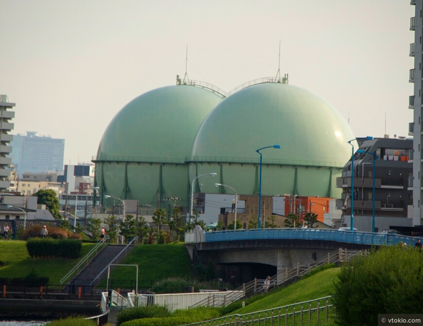 Япония зависящая от внешних энергоресурсов страна, поэтому в городе можно встретить такие ёмкости для хранения сжиженного газа.