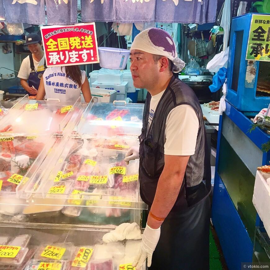 Продавец крабового мяса на рыбном рынке