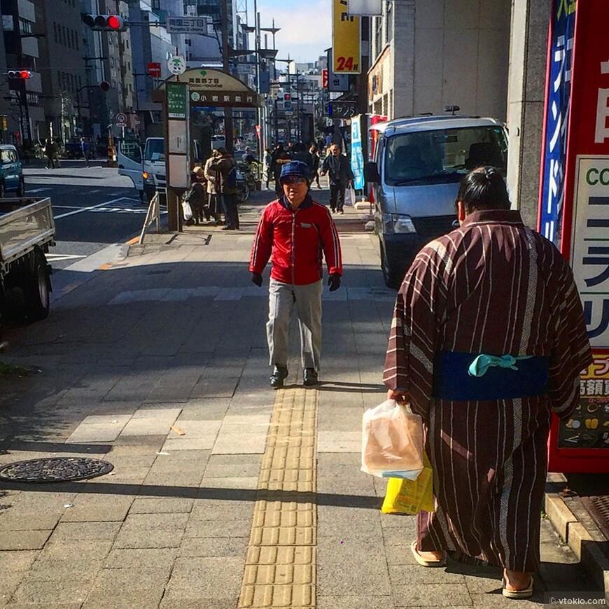 Борцы сумо не могут носить повседневную одежду, поэтому ходят по городу только в юката