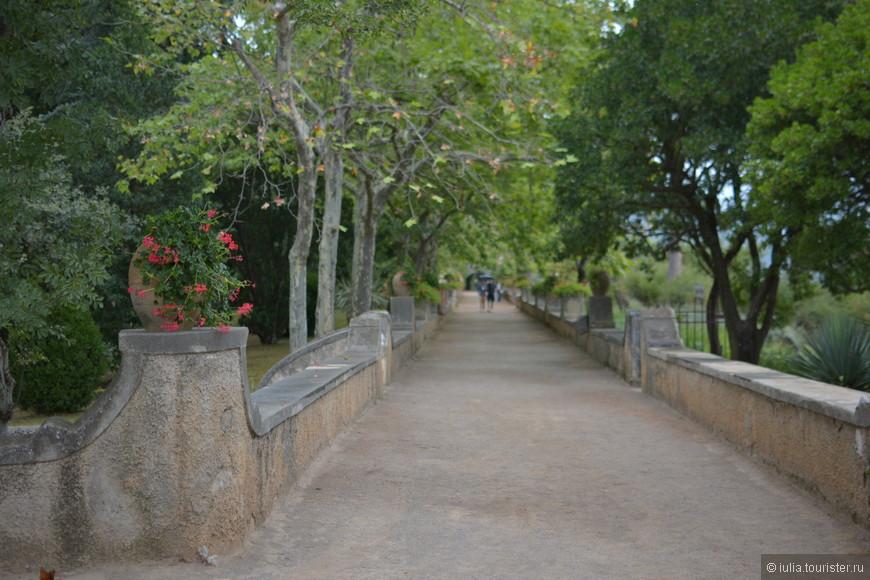 Вторая достопримечательность Равелло – Вилла Чимброне (Villa Climbrone). Вилла Чимброне стоит на скалистом утесе Чимброниум, от которого она и получила свое имя. Самые первые упоминания о ней относятся к 11-му веку, когда вилла принадлежала знатному семейству Акконджоджоко. Позднее она стала частью расположенного рядом монастыря Санта Кьяра. Во второй половине 19-го века здание перешло в собственность семейства Амичи и курортного города Атрани.  Эрнест Беккетт посетил Виллу Чимброне во время своего путешествия по Италии и буквально влюбился в нее. В 1904-м году он выкупил виллу и приступил к проекту масштабной реконструкции здания и сада. Именно по его инициативе здесь были сооружены бойницы, террасы и крытая галерея, в которых смешались готический, мавританский и венецианский стили. Также был перепланирован раскинувшийся на утесе сад.  В 1960-м году Виллу Чимброне продали семейству Вуйёмьер, которое использовало ее как свою резиденцию, а несколько лет спустя превратили в отель. В 20-м веке гостями виллы были многие знаменитости, такие как, Вирджиния Вульф, Генри Мур, Томас Элиот, Уинстон Черчилль и Грета Гарбо.