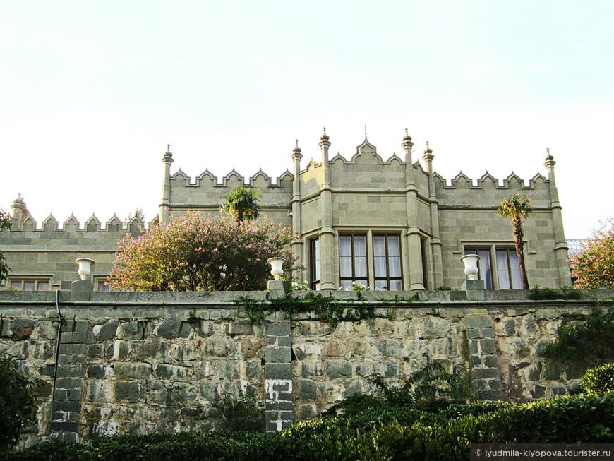 Эдвард Блор, видимо, был поклонником средневековой архитектуры. В своё время он иллюстрировал издания по истории готической архитектуры и описания британских соборов, достраивал Букингемский дворец после увольнения архитектора Джона Нэша, занимался реконструкцией Ламбетского и Сент-Джеймсского дворцов в Лондоне, по его проекту была отстроена башня Солсбери в Виндзорском замке. Наверно, Воронцову были известны его работы, и он захотел построить подобный дворец для себя.