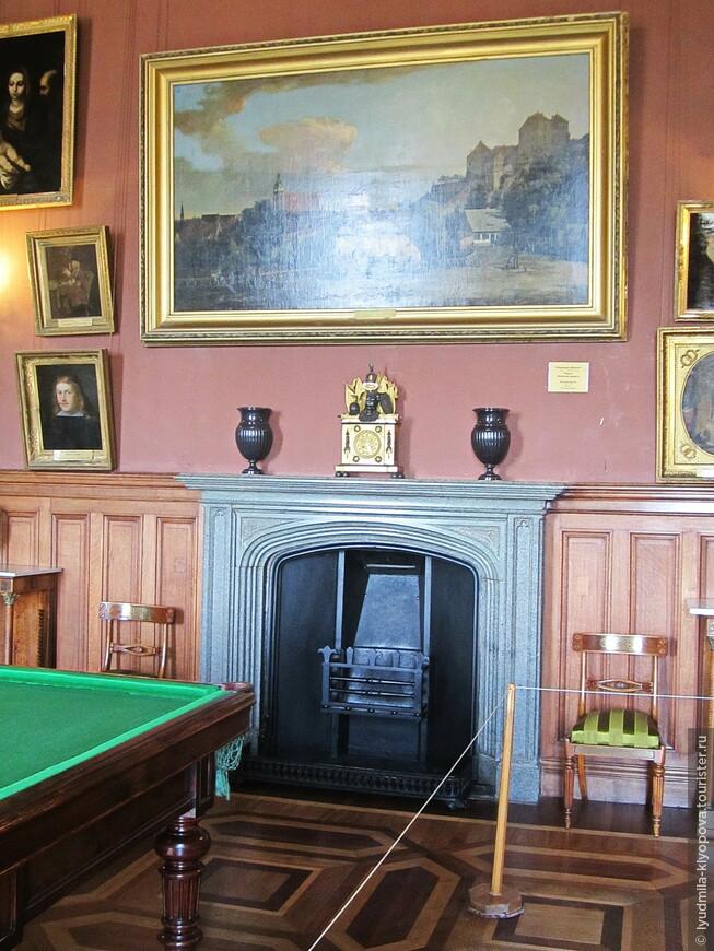 Бильярдная с диабазовым камином служит одновременно картинной галереей, хотя все интерьеры дворца украшены произведениями живописи. Бильярдный стол красного дерева старинный, но Воронцовым никогда не принадлежал.