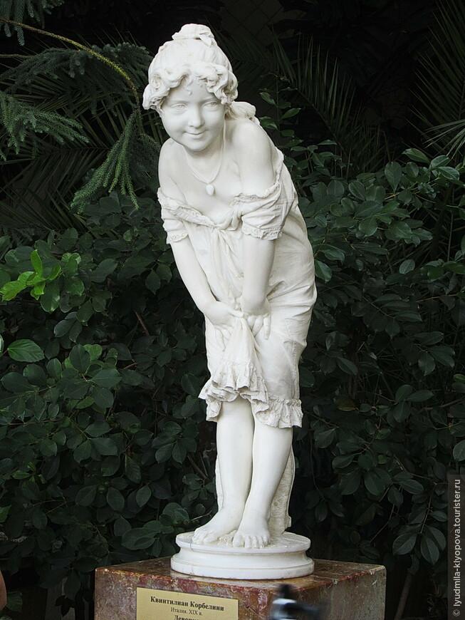 """А эта очаровательная фигурка девочки с совершенно не характерным для скульптуры живым лицом и лукавым взглядом – работа итальянского мастера Квинтилиана Корбелини """"Девочка""""."""