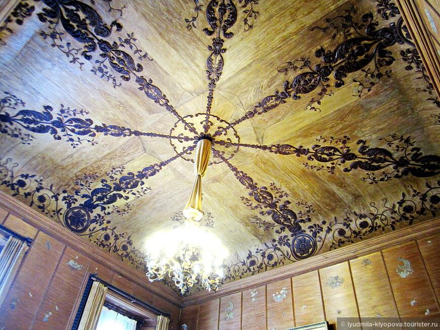 Потолок в китайском кабинете лепной, хотя очень удачно имитирует дерево. Это работа мастера из крестьян Романа Фуртунова. Вместо обоев на стенах циновки из рисовой соломки, украшенные вышивками шёлком и бисером, сделанными руками крепостных крестьянок.