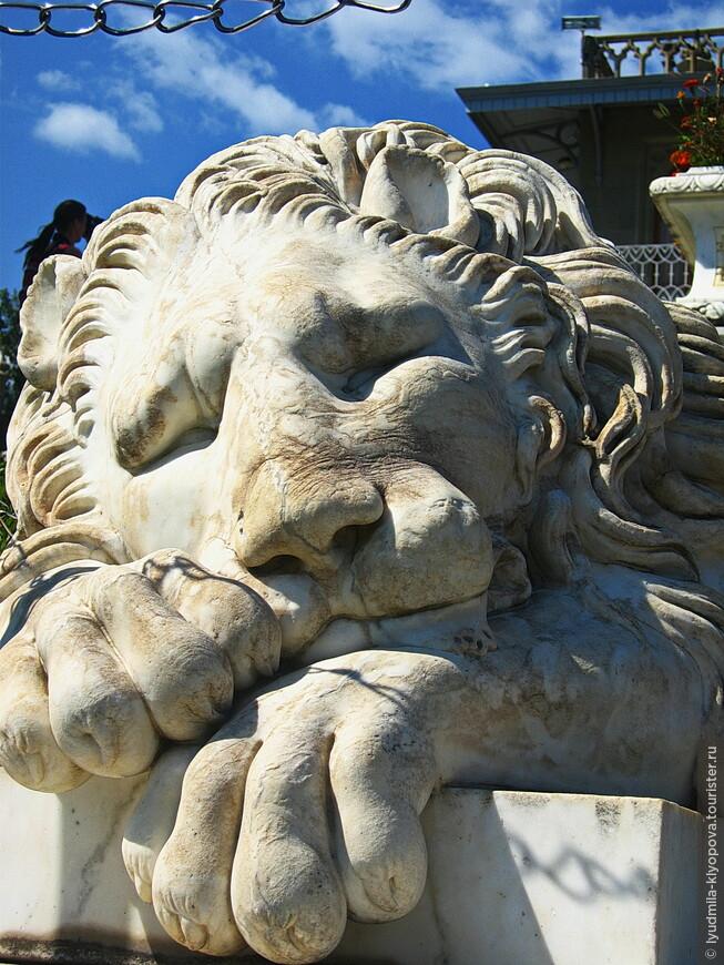 В самом низу лестницы – смешные и ленивые спящие львы.
