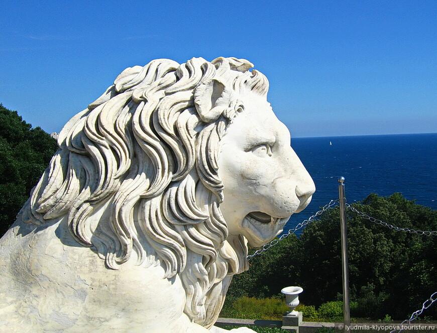 Вторая пара – ниже – менее грозные львы, чем первые. И поза у них выражает не готовность напасть, а, скорее, внимание и сосредоточенность.