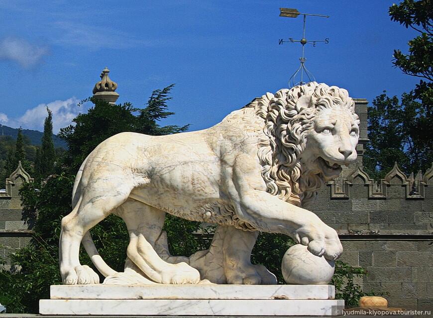 Пара львов у самого входа в южный портал дворца – копии работ Антонио Кановы с гробницы папы Климента XII в Риме.