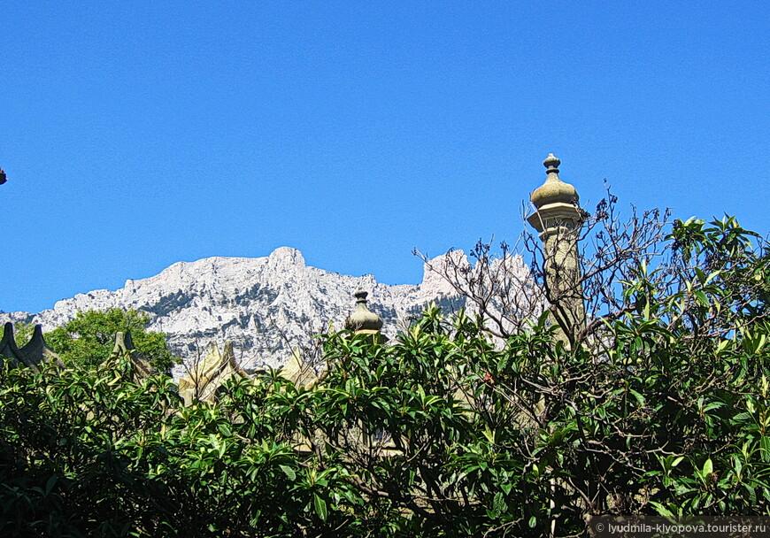 Зубцы украшают и здание дворца, и вершину горы.