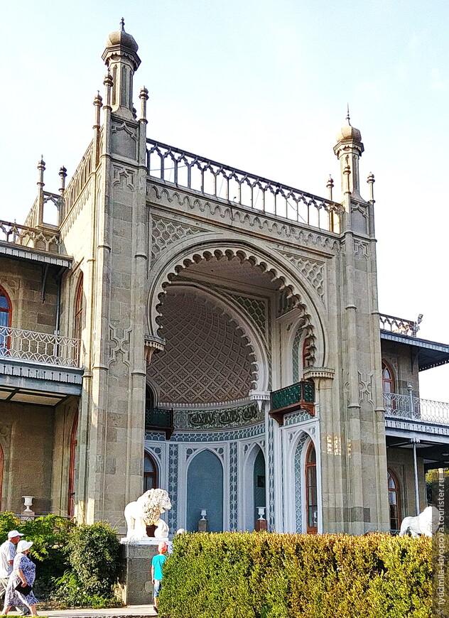 Южный фасад дворца напоминает роскошные восточные дворцы или персидские мечети: подковообразная арка, которую венчают башенки с куполообразными завершениями, украшенная резьбой ниша в бежево-голубых тонах, галерея и балкончики, выходящие в нишу, шестикратно повторяющаяся надпись арабской вязью: «И нет бога кроме Аллаха».