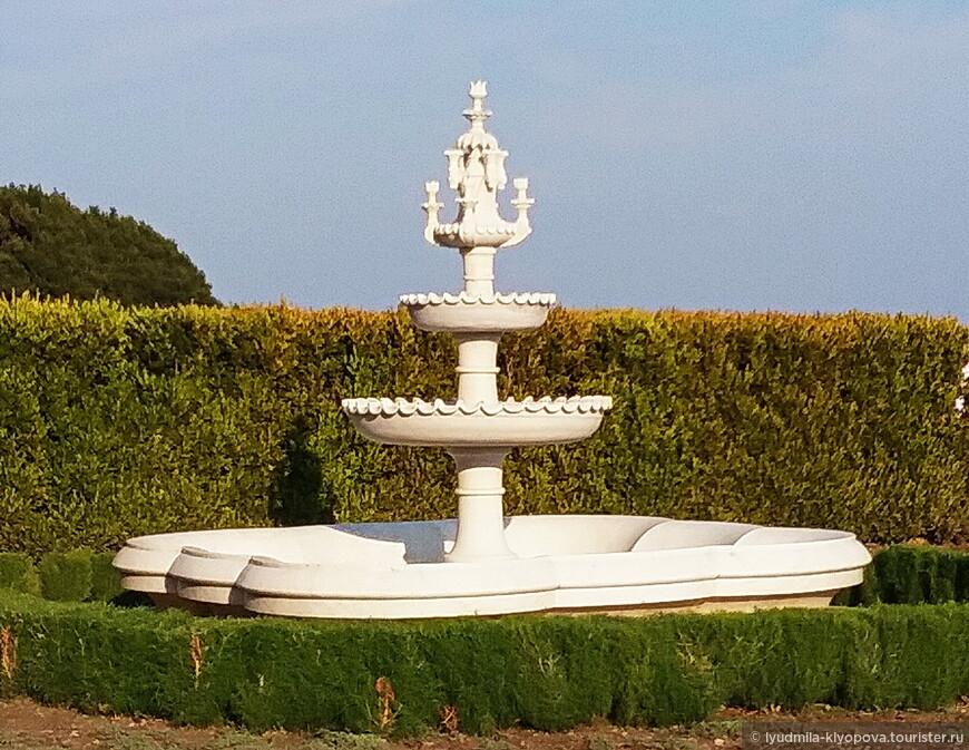 Из зимнего сада можно выйти на южные террасы, самое узнаваемое место парка Воронцовского дворца. На верхней террасе по обеим сторонам от лестницы, ведущей во дворец, симметрично расположены два каскадных фонтана из белого мрамора.