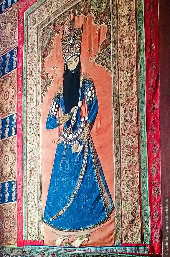 Восточная нотка в интерьерах – парные ковры персидской работы с изображением шаха Фатх-Али украшают южный тамбур просторного вестибюля.