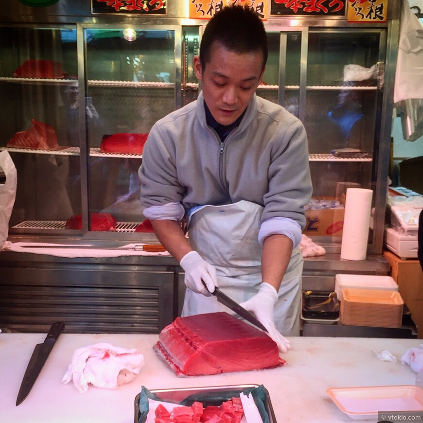Продавец тунца на рынке Цукидзи