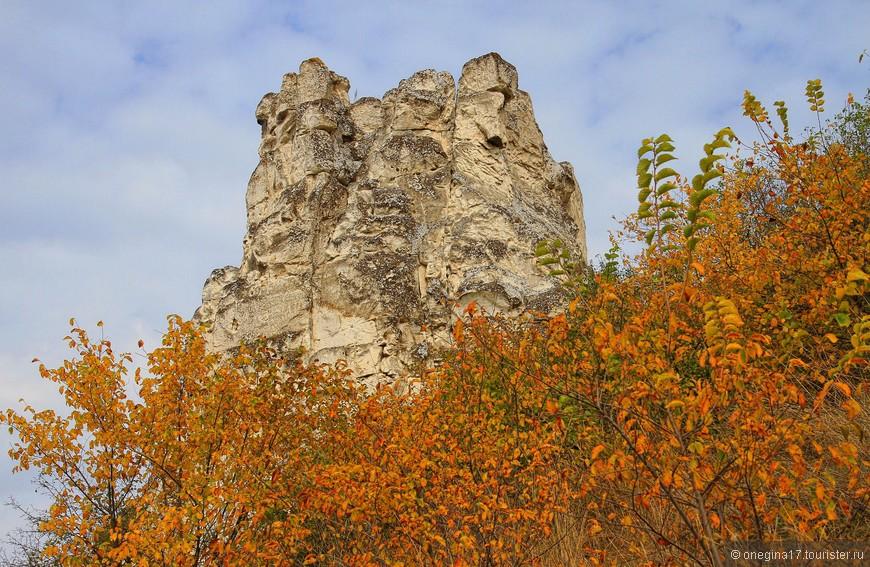 Осень бушует пожарищем листвы вокруг неподвижных и всегда прохладных Див...