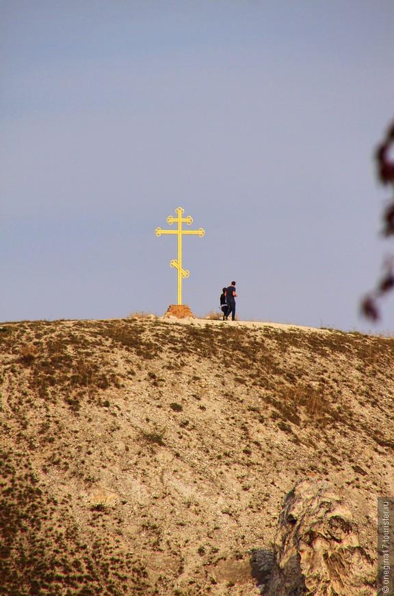 Вот от этого креста и открывается вид, которым не налюбуешься и который потом уже никогда не забудешь...