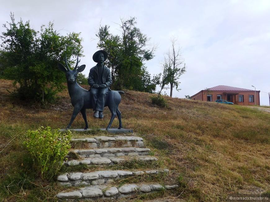 недалеко от дома-музея -  скульптура