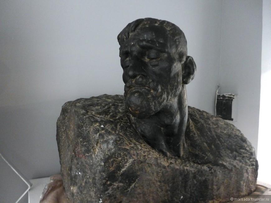 и даже несколько скульптур